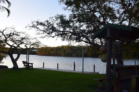 Peaceful River front hideaway Bedroom 2 - Bli Bli - Casa
