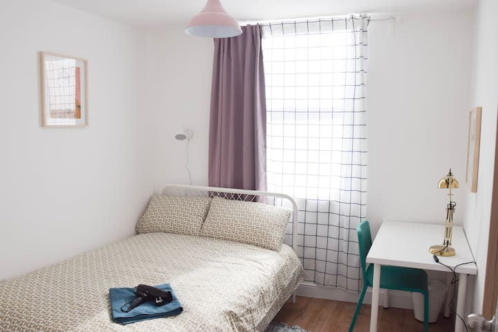 LOVELY FRONT DOUBLE BEDROOM IN HEART OF LEICESTER