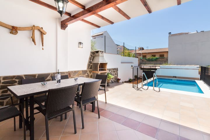 Brand new house with pool, aircon and wifi