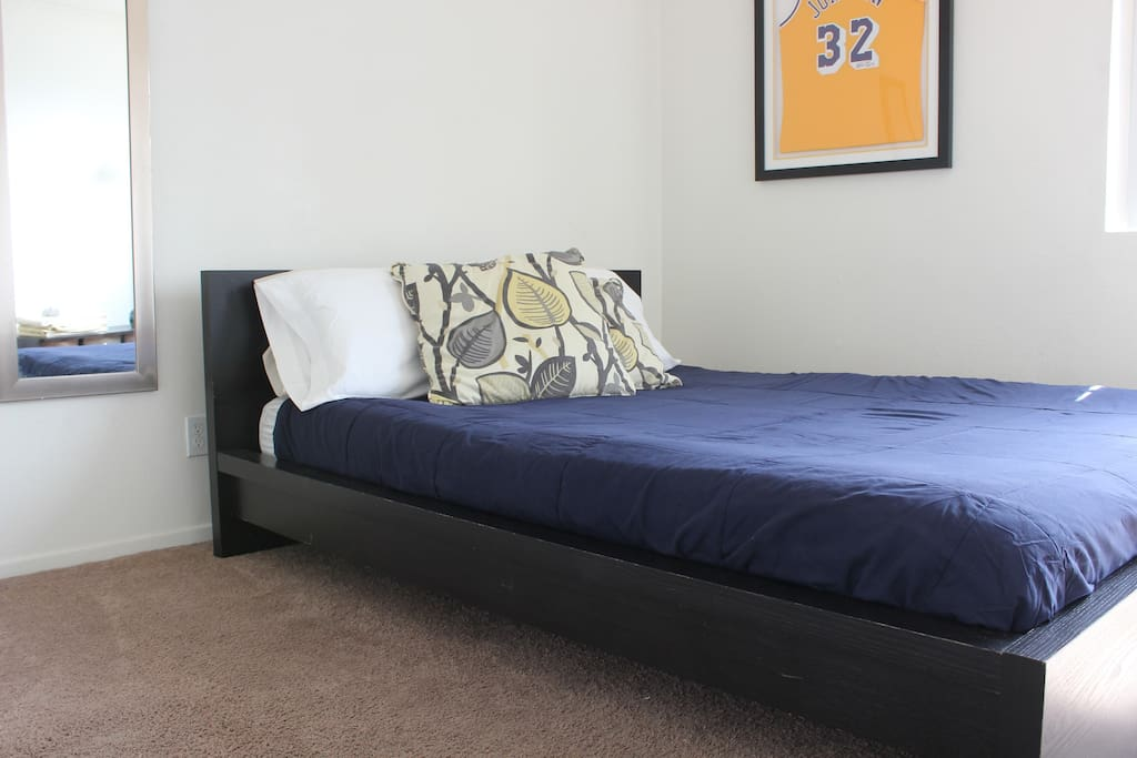 Bedroom with queen bed! Ready for you to take a rest!