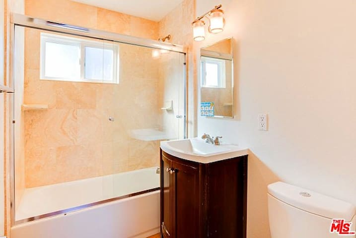 Private Room + Full Bathroom 6 Blocks to the Beach