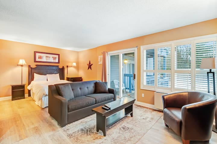 Well-located condo w/ shared pool - walk to lifts, on bus route!
