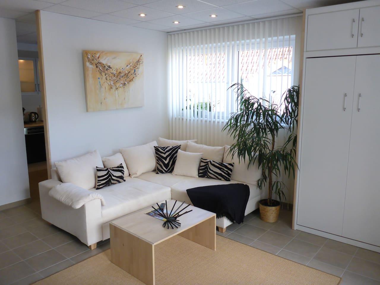Gästeappartement - Wohnraum mit Wohnlandschaft (Doppelbett) und Schrankklappbett