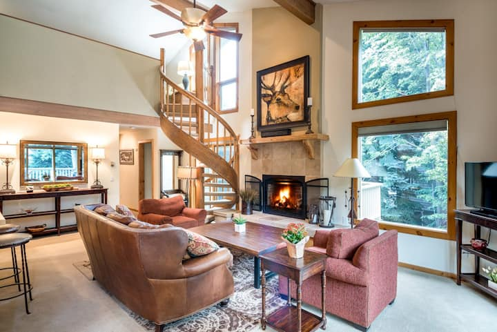 Luxurious townhome steps from Warm Springs with private hot tub, and firepit