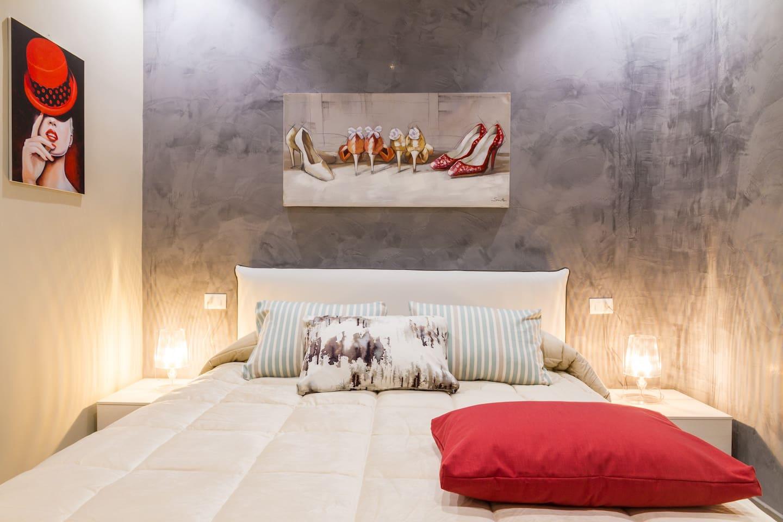 Bedroom: king size bed, air conditioning, interior details, central heating. Camera da letto: letto matrimoniale, aria condizionata (A/C) , dettagli interni, riscaldamento.