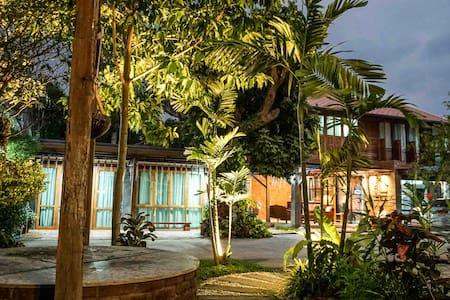 Tha Ma-O Bou-Teak homestay in Lampang old town