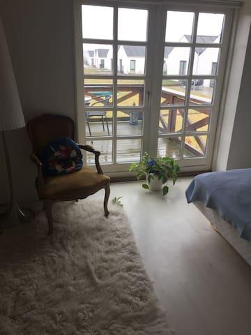 Hyggeligt værelse i stationsby tæt på Roskilde