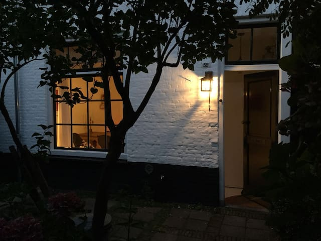 Charming little courtyard cottage 'hofje' - Den Haag - House