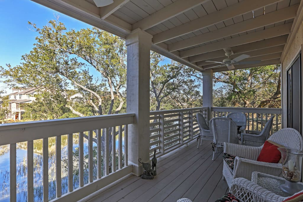 Relax on the porch and admire phenomenal views!