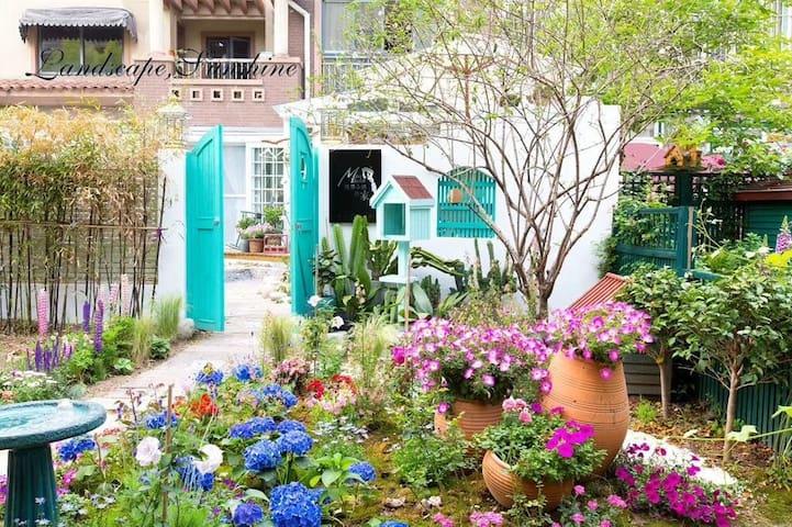 2塔莎风格,地铁三号线,南京南站、夫子庙、新街口、总统府。三房三卫生间、四厅180平+100平花园。