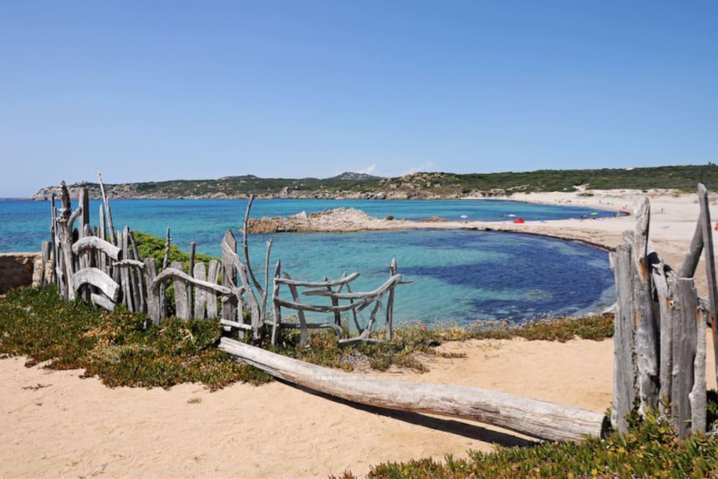 La spiaggia del villaggio di Rena Majore