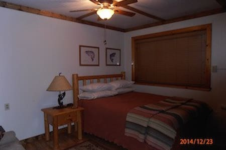 Cozy in town Condo 3, sleeps 2 - Red River