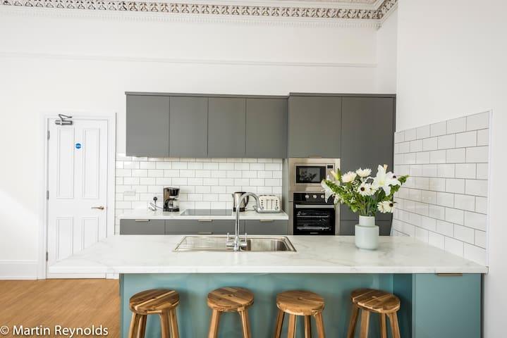 Kitchen with breakfast bar Apartment 2