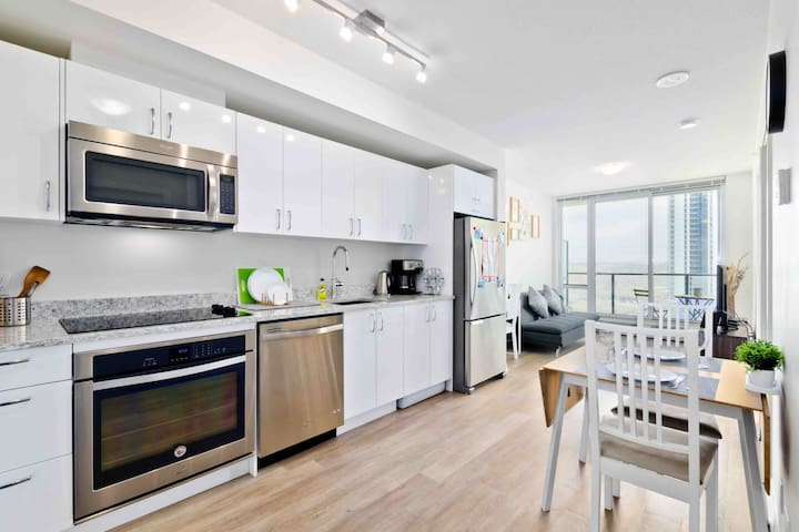 Luxury Cozy High Rise condo in DT. Near stampede