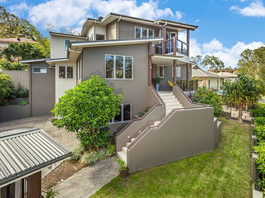 A beautiful modern architectural designed home with spacious, open plan living. Guest area is a private wing of the home and contains two private & stylishly decorated bedrooms with private lounge with TV.