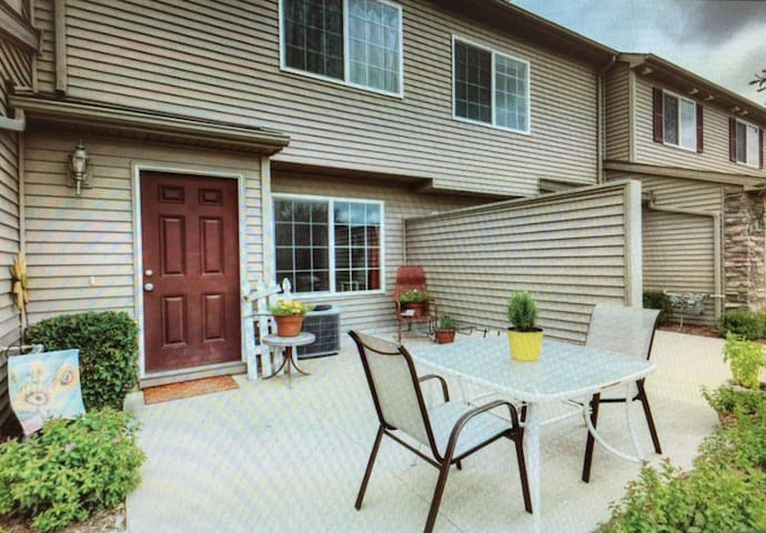 Quiet Townhouse, very easy drive to the Airport - Norwalk