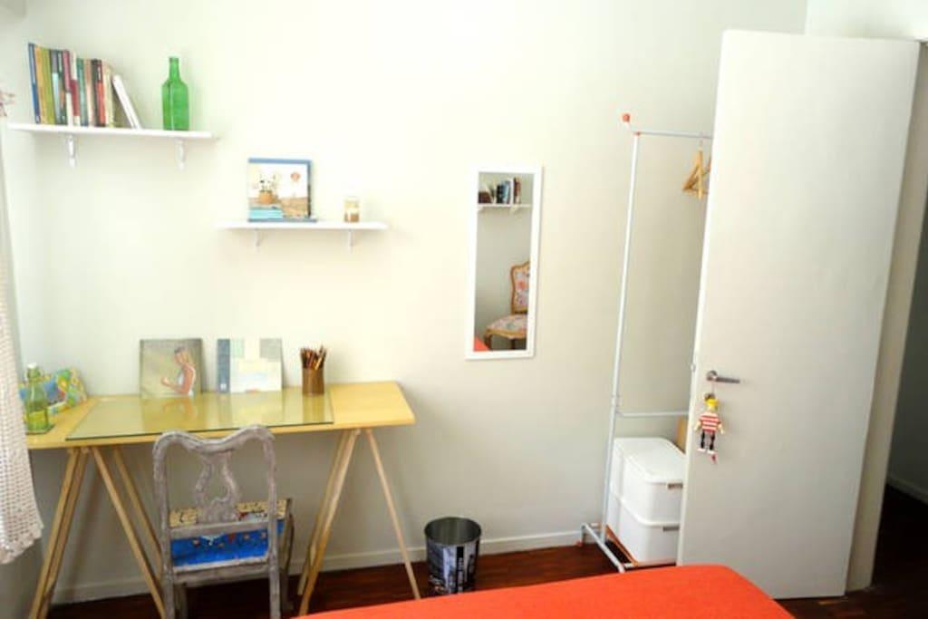 Mesa e arara com nichos para roupa