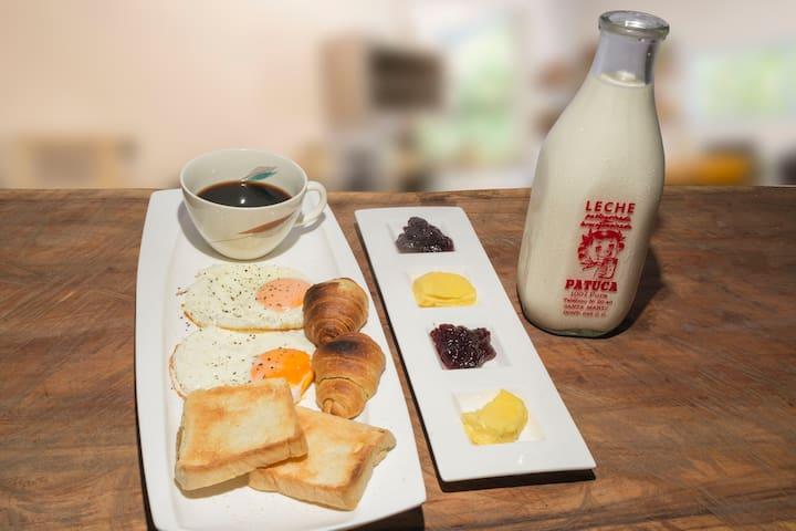 DESAYUNO,  con cargo extra y con anticipación se puede desayunar, almorzar o cenar.