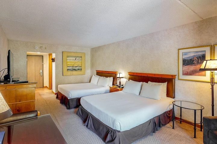 Affordable, ski-in/ski-out room w/ WiFi & shared hot tub, outdoor pool, firepit!