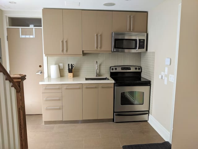 Downtown| Modern Bathurst Apartment| Free Parking