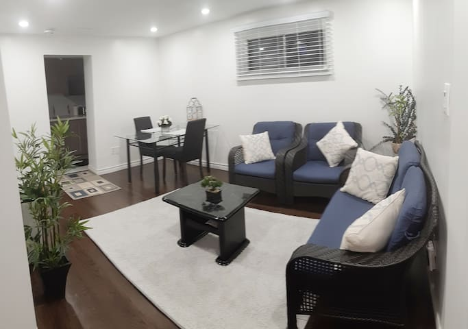 Apt Near Pearson Airport- Free park. & Sep. Entry