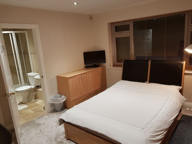 En-suite Double room, private parking by Hove Park