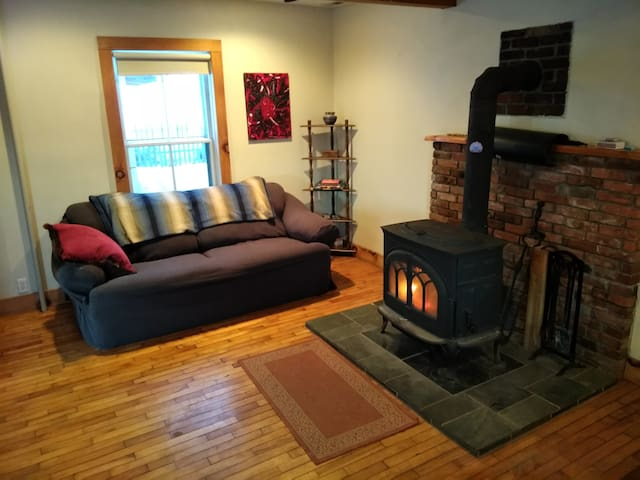 Affordable cozy room in Central VT farmhouse!