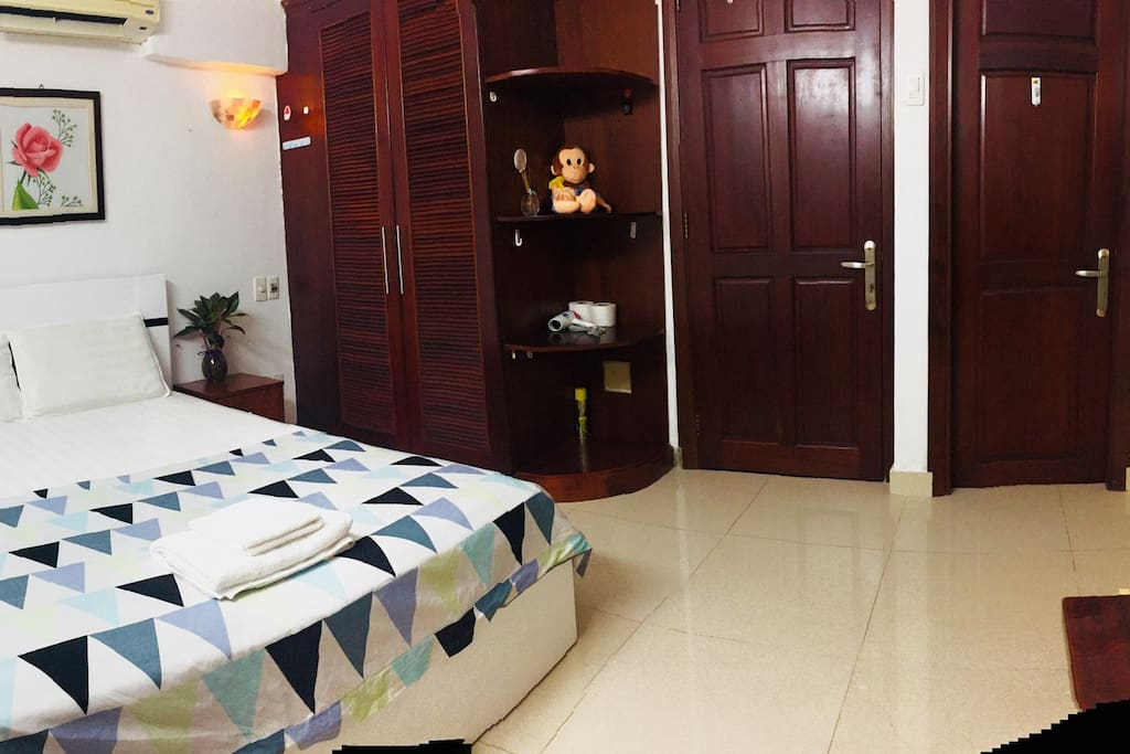 This small private room with modern style and wood furnitures