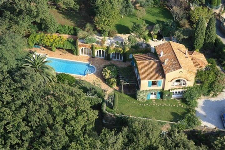St. Tropez Villa for 10 guests w/ hilltop views