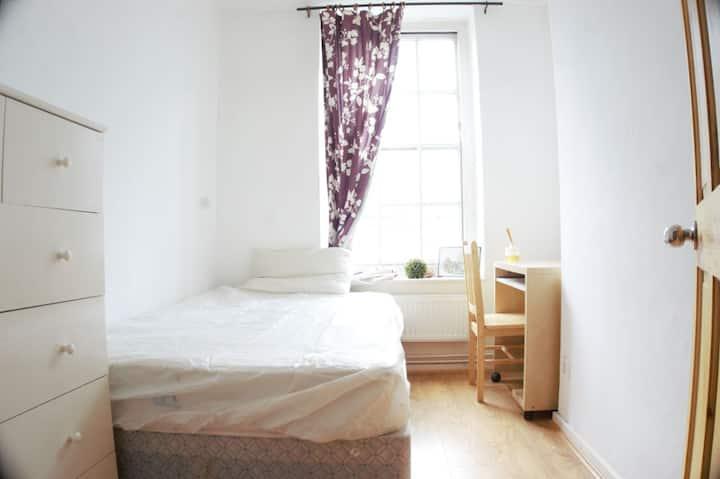 Bright room in Edgware Road
