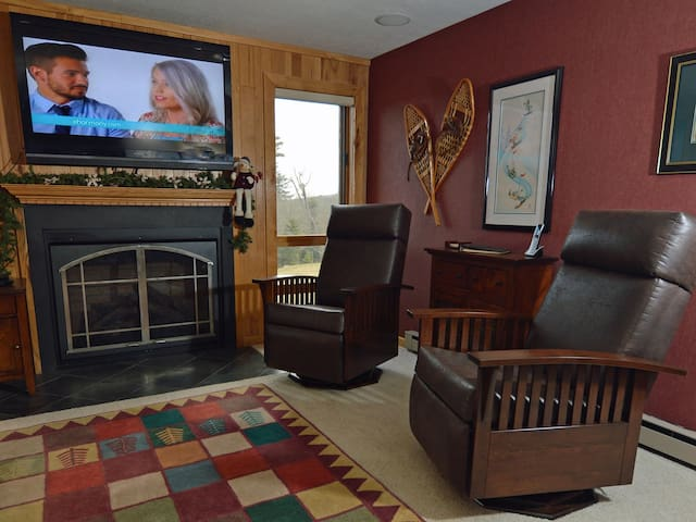 WiFi, Free Long Distance, Ski Storage Entryway. Park at your door.