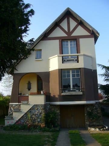 Chambre à l'ancienne maison de village Arts-déco - Mesnil-sur-l'Estrée - Hus