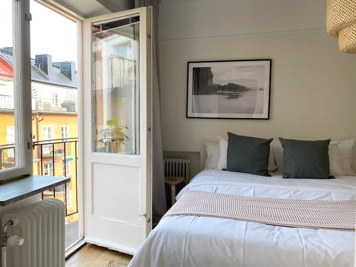 Top floor 1 bedroom in Norrmalm with french balcony
