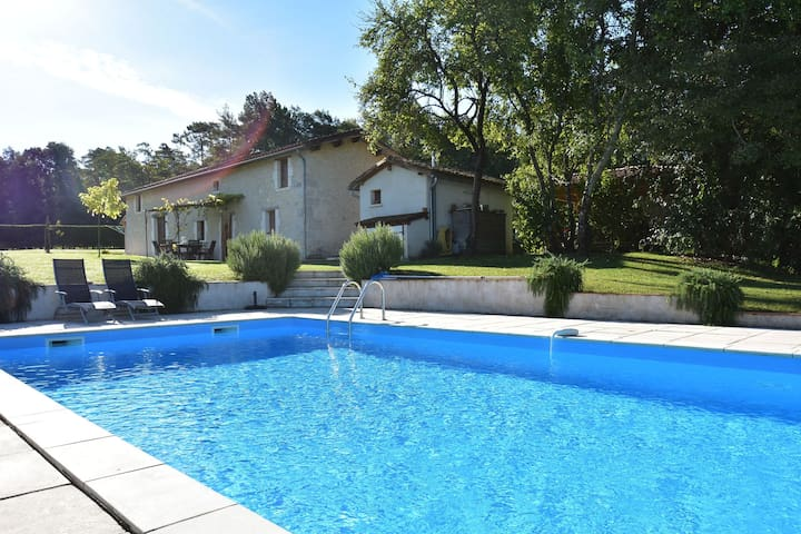 Beautiful holiday home with swimming pool, walking distance from the centre of Verteillac (1 km)