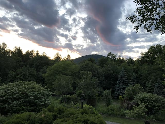 All Inclusive Getaway: Hot Tub, Yoga, Sound Healing by Pond with Mountain Views