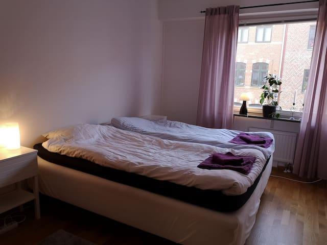 Eget rum i lägenhet med balkong på härliga möllan