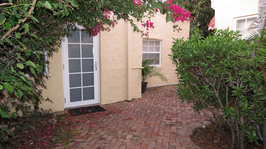 1920 COTTAGE IN THE HEART OF HISTORIC W PALM BCH
