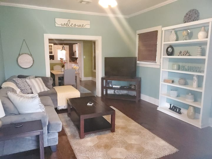 *Charming Downtown Denton home 4 bedroom/2 bath