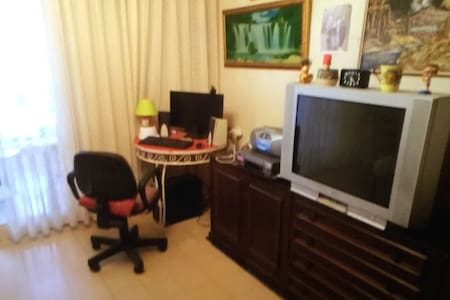 Small nice room with bed table and - תל אביב יפו