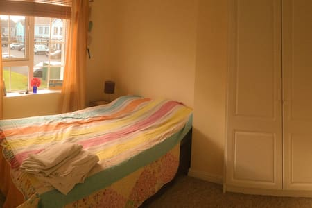 Peaceful, comfy double room in the suburbs - Galway - House