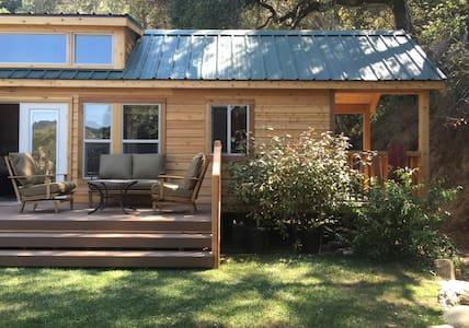 Cozy 2 Bedrm Cabin w/Loft at Saddle Mt Ranch - คาร์เมล