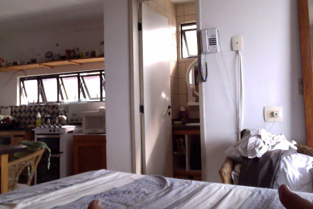 Cama king de fibra de bambu, banheiro e cozinha completa com fogão, geladeira, freezer e microondas.