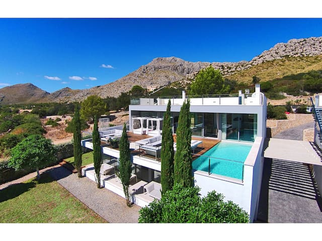Can Phoenix is a Luxury 4 Bedroom, 4 Bathroom Villa in Puerto Pollensa
