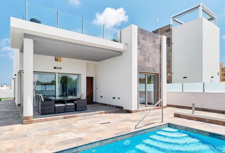 Beautiful Villa, Pool , Ping Pong, 600mb Wi-fi