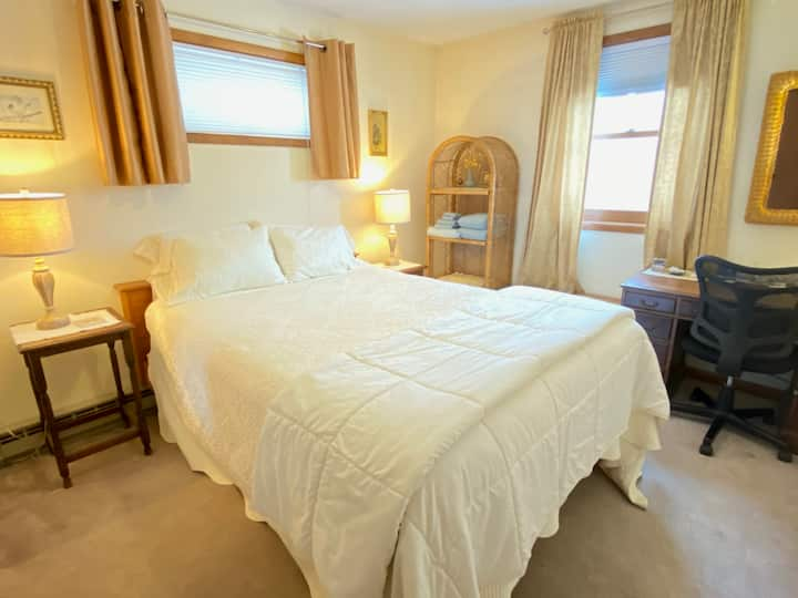 Queen Bedroom in a Beautiful Home, Coddington Road