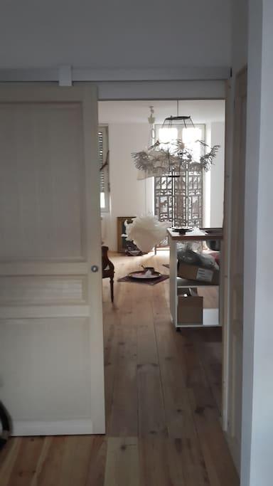 Une lumière traversante inonde l'appartement... les fenêtres permettent un courant d'air !