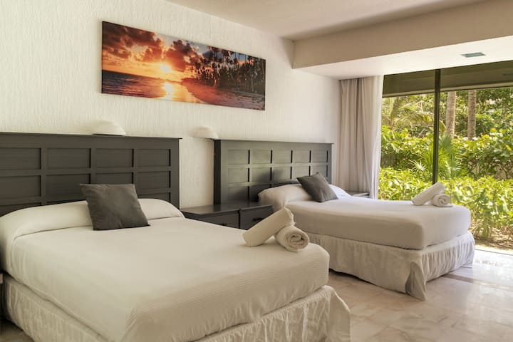 ★BEST DEAL SUITE STEPS FROM WIDE SANDY BEACH★