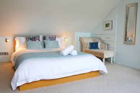 """One Two Five""  Townhouse - The Loft room B&B"