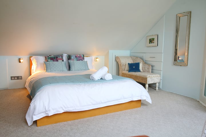 """""""One Two Five""""  Townhouse - The Loft room B&B"""