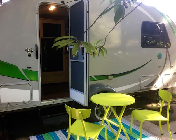 Magical Tiny trailer Redwood Glamping